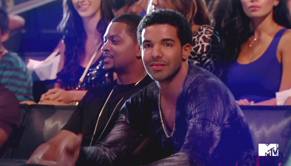 Drake listens to Kevin Hart's jokes at the 2012 VMAs