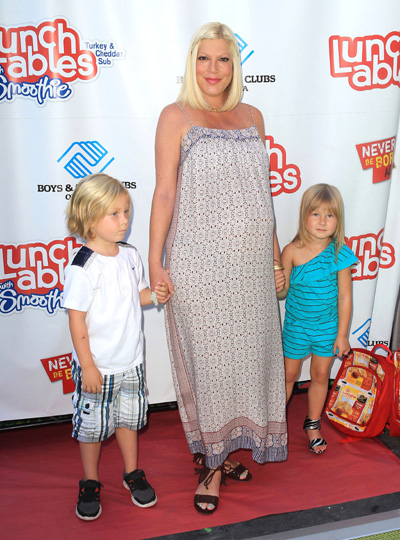 Pregnant Tori Spelling and kids