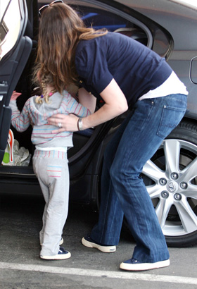 Jennifer Garner picking up daughter