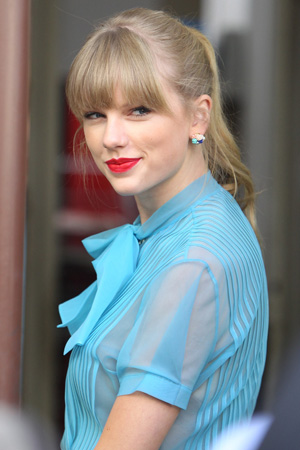 Taylor Swift donates $10,000 to Boston school