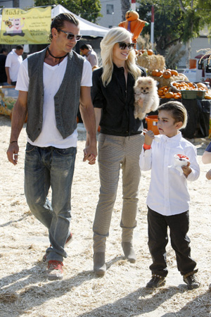 Gwen Stefani, Gavid Rossdale and Kingston at pumpkin patch