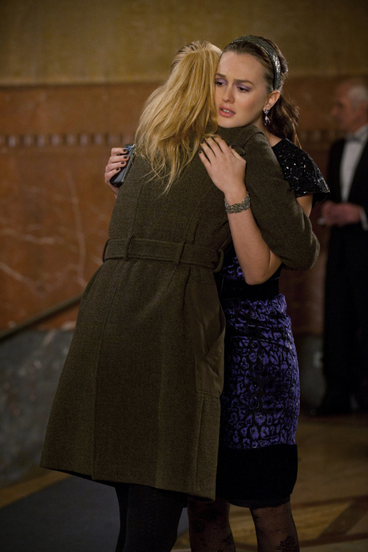 Serena and Blair hugging