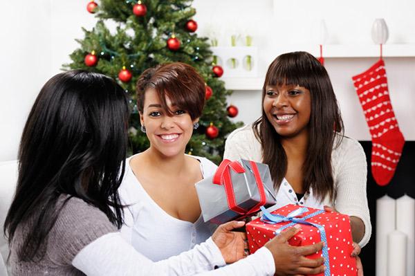 Обмениваться подарками перевод на английский