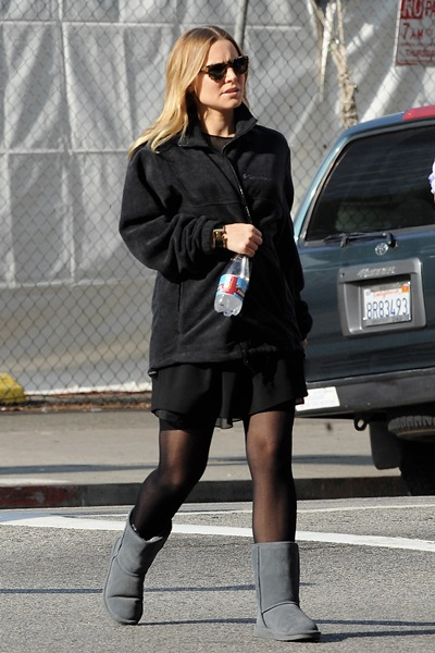 ibagsoutlets.com: Pregnant Kristen Bell keeps her growing bump under cover in leather jacket on