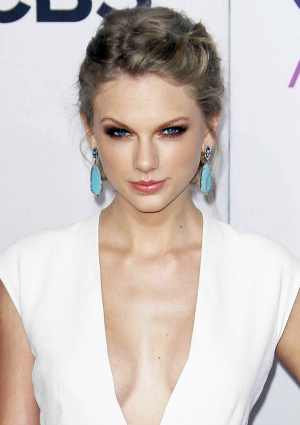 Taylor Swift at the 39th Annual People's Choice Awards