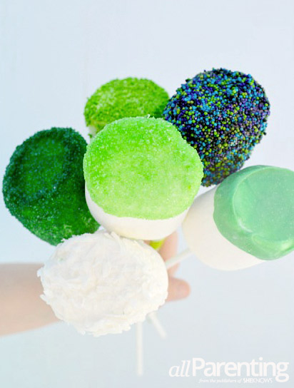 allparenting St. Patricks day marshmallow pops