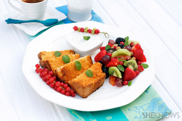 Toasted sponge cake with vanilla yogurt and fruits