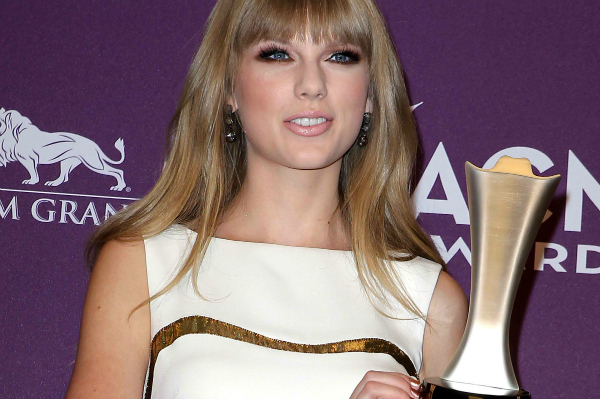 Taylor Swift winning an ACM Award 2012