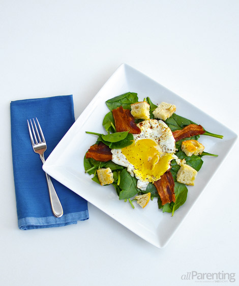 allParenting Spinach salad with fried egg and bacon