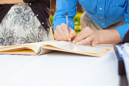 10 non-traditional wedding guestbooks