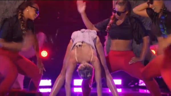 Miley Cyrus twerking VMAs
