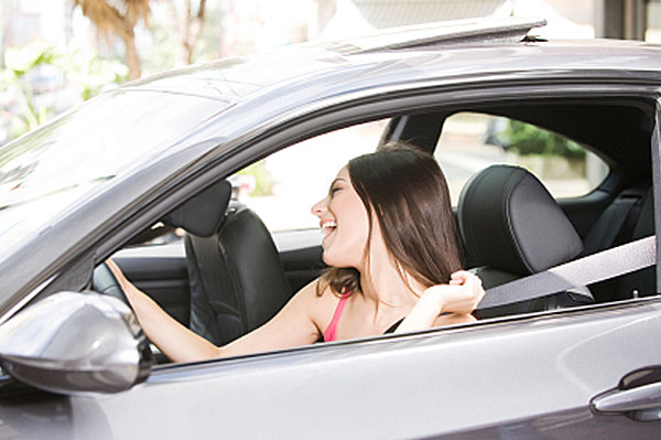 Woman singing and driving her car | Sheknows.com