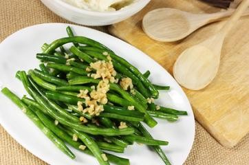Sauteed green beans with toasted almonds