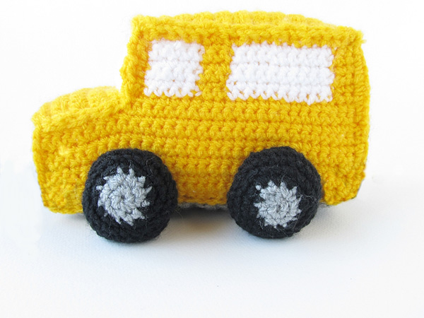 Amigurumi school bus: attach tires