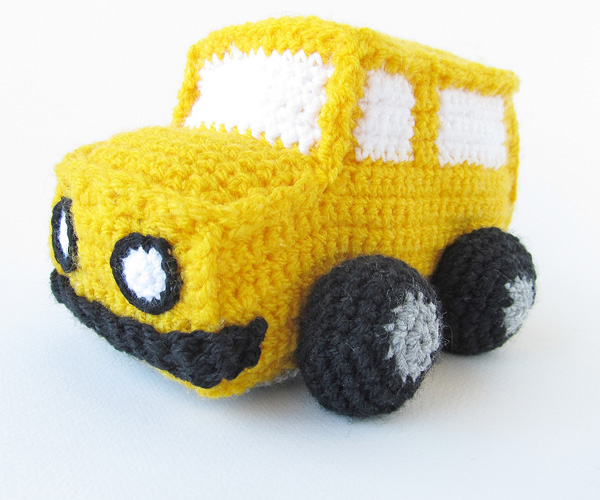 Amigurumi school bus: Attach front bumper and lights