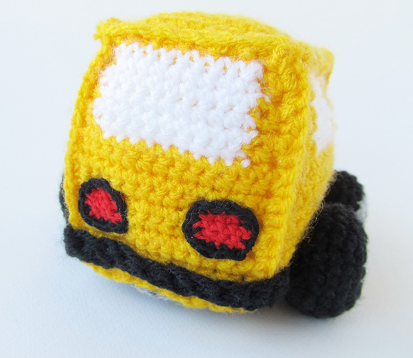 Amigurumi school bus: rear bumper and lights