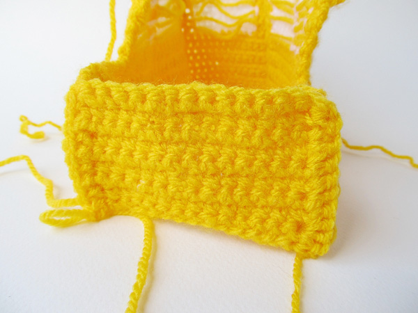 Amigurumi school bus: attach front panel