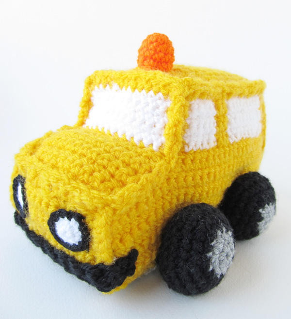 Amigurumi school bus: Attach the orange light on roof