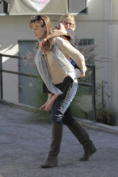 Jennifer Garner gives Violet a piggyback ride