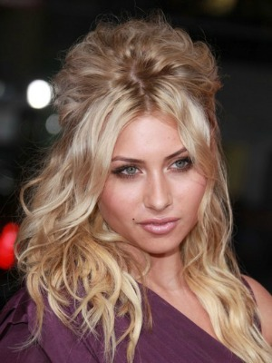 Aly Michalka's curly hairstyle