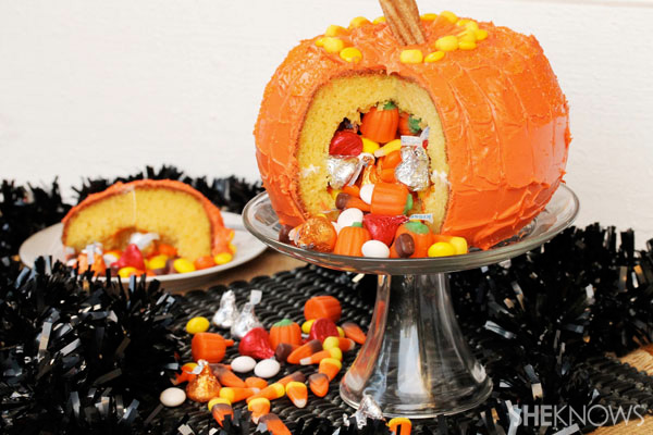 Jack-o'-lantern pinata cake
