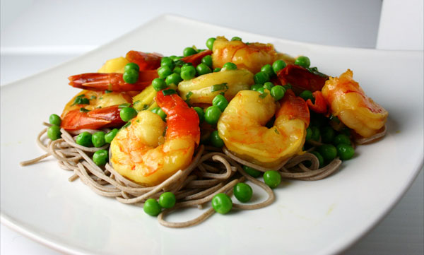 Soba stir fry with shrimp and peas