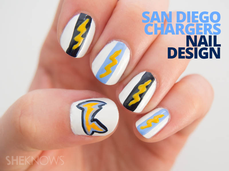 Color your nails with team spirit