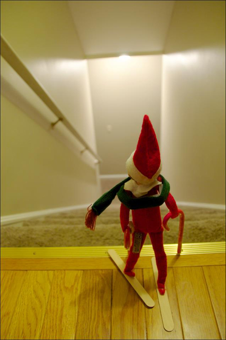 25 hilarious ways to pose your elf on the shelf page 24 for Elf shelf craft show