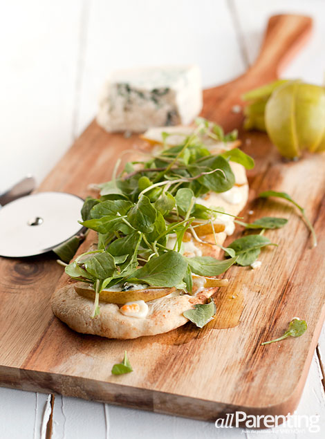 allParenting Pear, arugula and blue cheese flatbread pizza