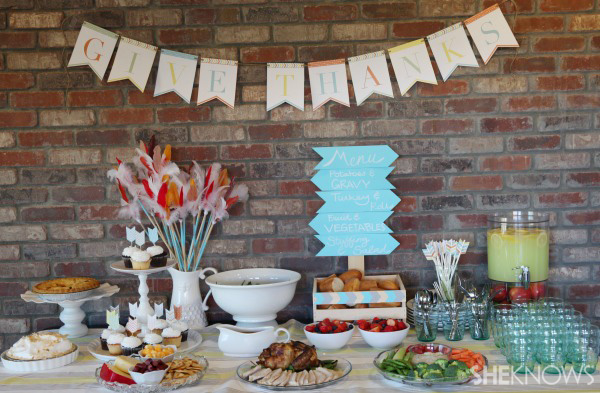 Free printables for an arrow-themed Thanksgiving tablescape -- Go buffet style