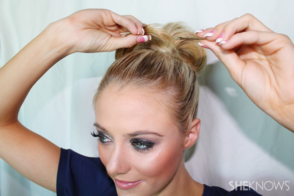 Jessica Alba top knot hairstyle tutorial
