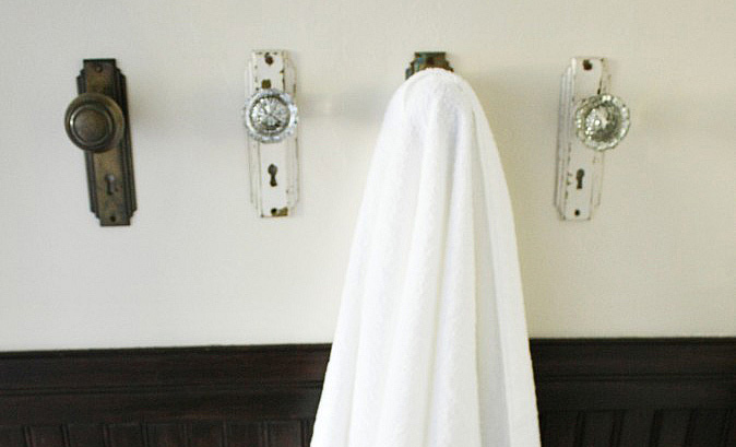 Charming towel hooks made out of doorknobs