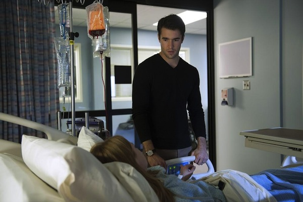 Daniel visits Emily at the hospital during the Revenge midseason premiere