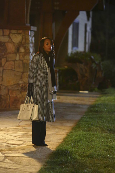 Pregnant Kerry Washington on-set of Scandal