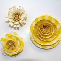 >Paper plate flowers