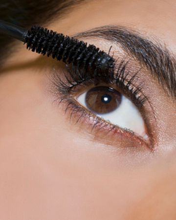 Woman applying mascarra | Sheknows.ca