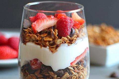 Yogurt parfait in a mug   ChefMom.com
