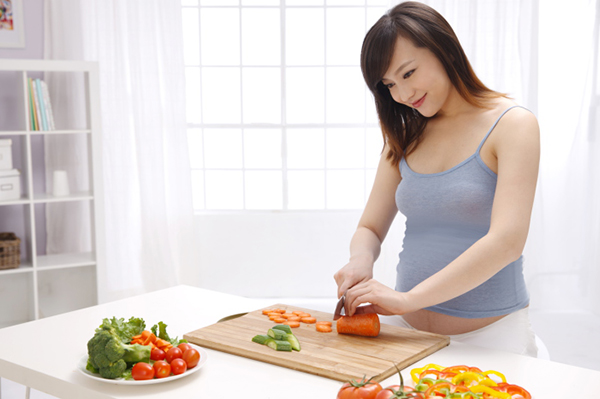 Pregnant woman preparing vegetables | Sheknows.com