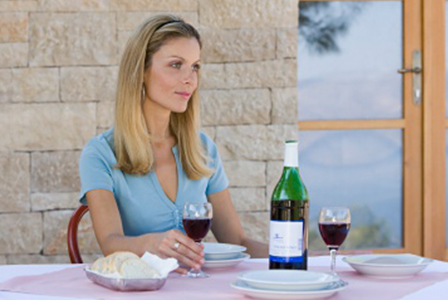 Woman dining with wine | Sheknows.ca