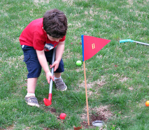 Backyard mini golf game | Sheknows.com
