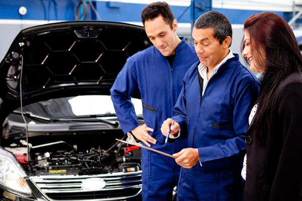 Woman speaking with mechanic | Sheknows.com