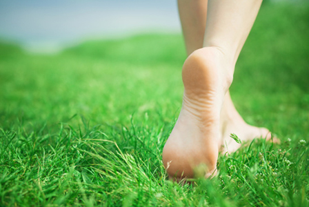Woman's feet walking in grass | Sheknows.com