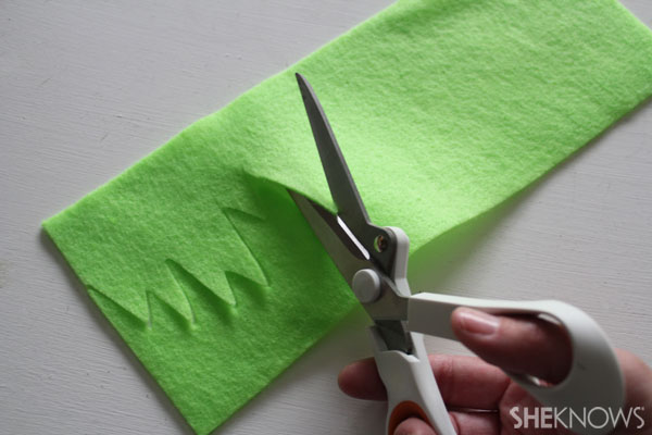 Easter egg placemat: Use scissors to cut the felt into grass