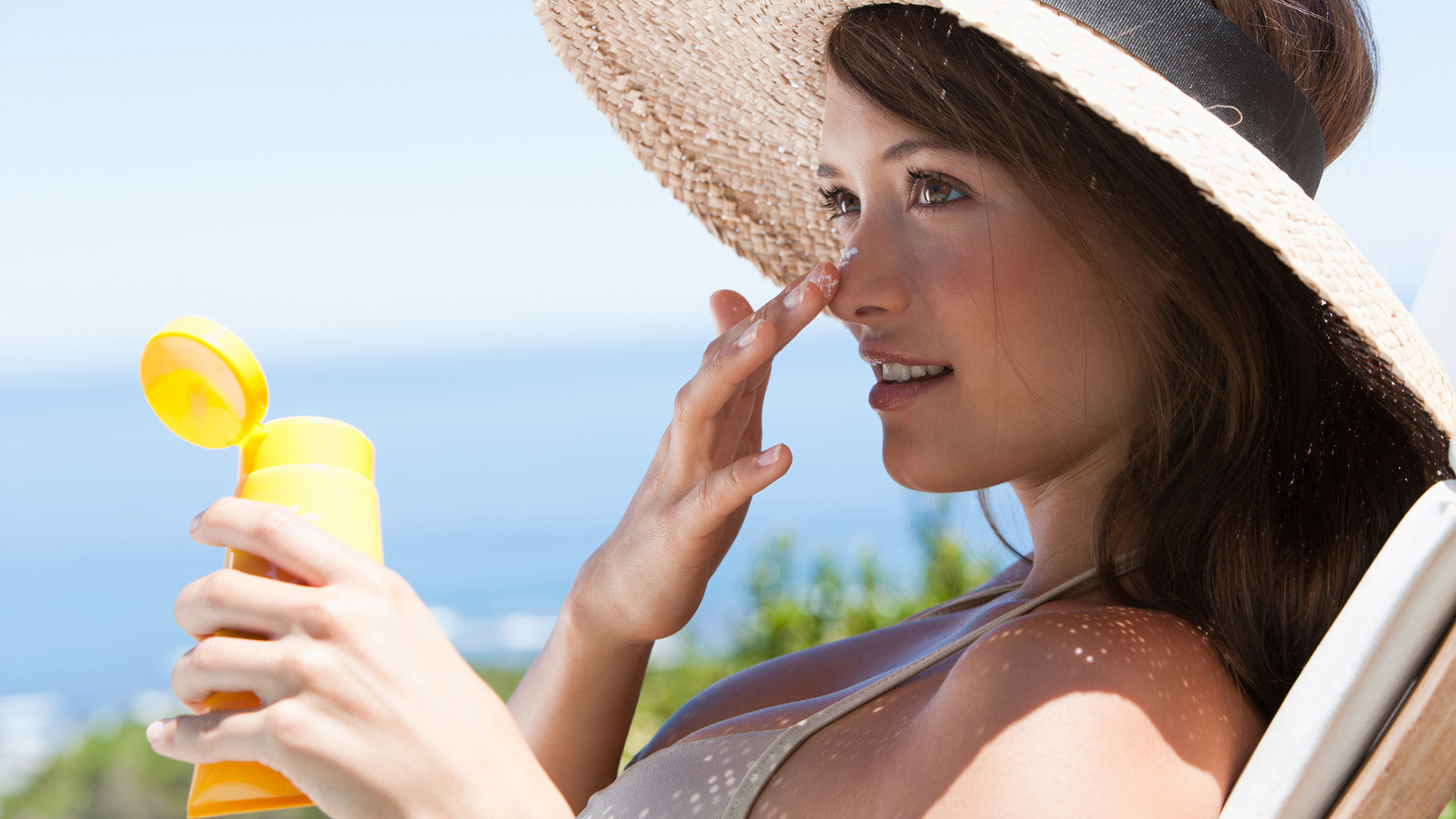 Woman applying sunscreen | Sheknows.com