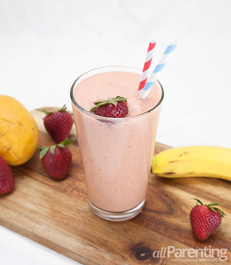 allParenting Creamy strawberry mango smoothie with rolled oats