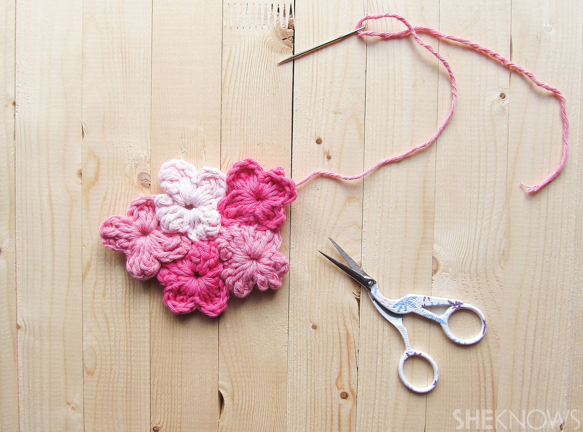 DIY Crocheted Mother's Day card: Flower assembly 1