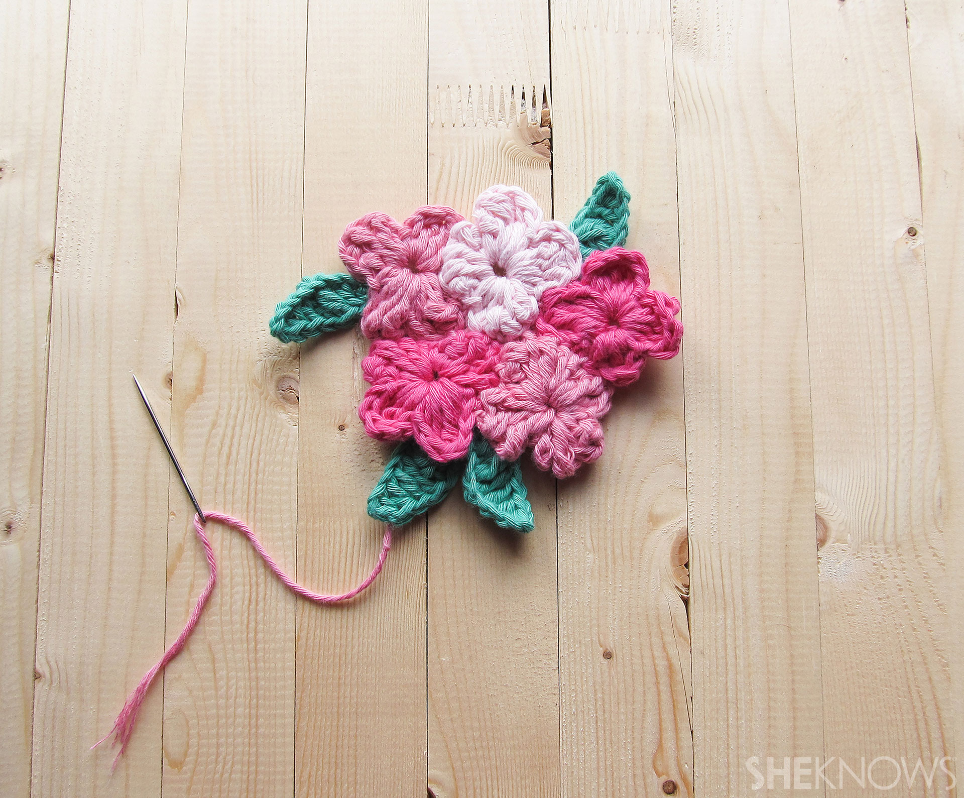 DIY Crocheted Mother's Day card: Flower assembly 2