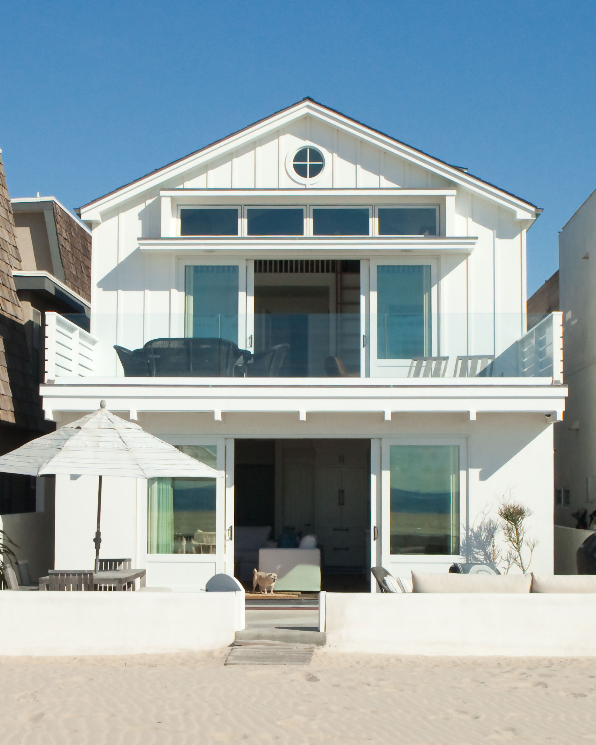 8 striking beach houses on the california coast for Simple beautiful house