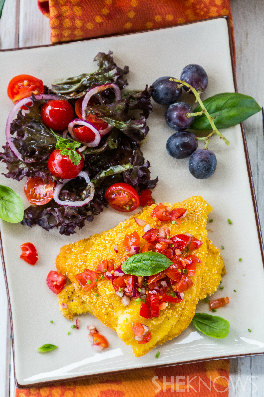 Polenta com crosta de filé de peixe com salada de tomate