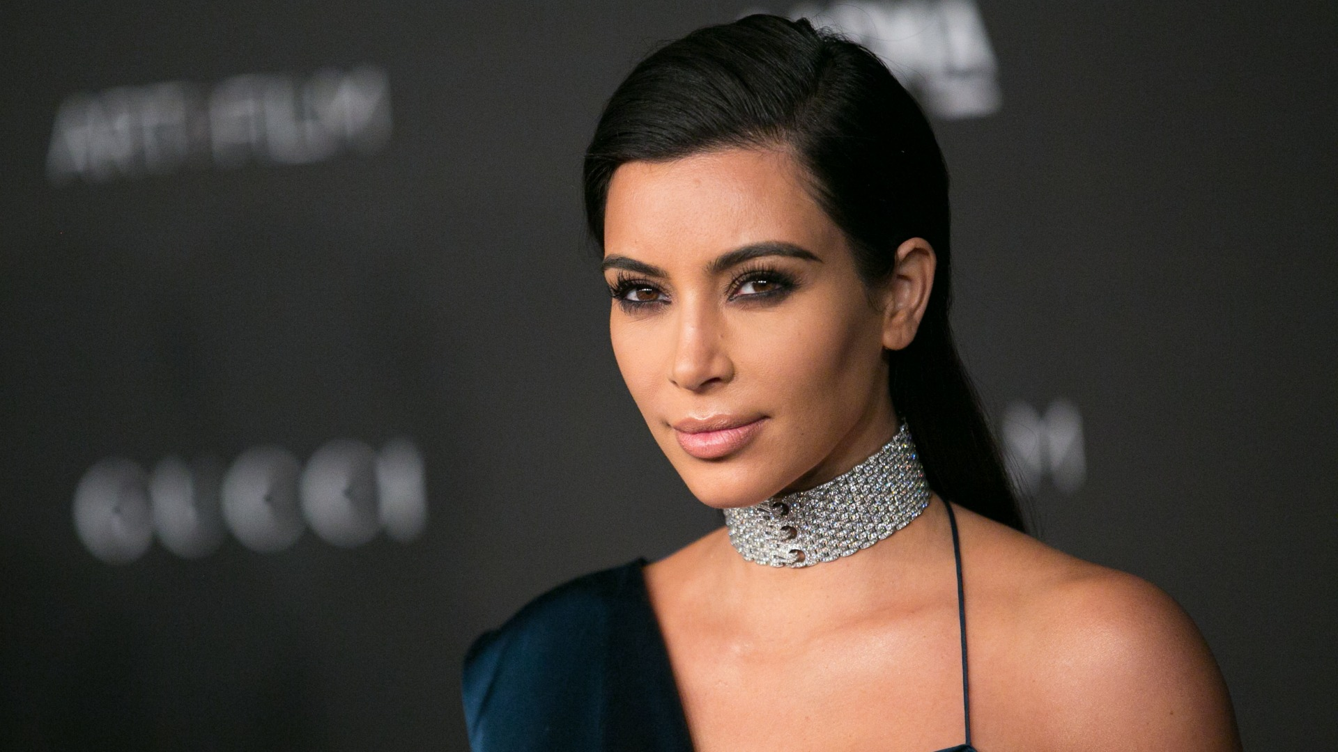 Kim kardashian shows her rear on the cover of paper magazine